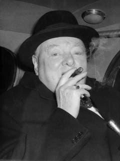 Während seines Militärdienstes reiste Winston Churchill 1985 nach Kuba und entdeckte dort seine Liebe für Zigarren. Für den Rest seines Lebens blieb die Havana sein ständiger Begleiter und wurde zu seinem Markenzeichen (1954). (Bild: Keystone)