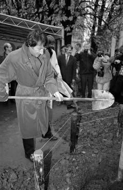 Zu Ehren des Sängers, Komponisten und Pianisten und als Geschenk zu seinem 60.Geburtstag pflanzt die Stadt Zürich Bäume. Stadtpräsident Josef Estermann und Udo Jürgens legen selber Hand an. (Bild: Keystone)