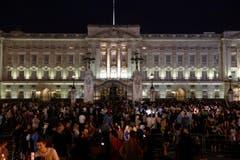 Zahlreiche Menschen feiern die Geburt des Prinzen. (Bild: Keystone)