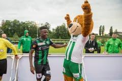 Freuen sich trotz der 1:2-Niederlage: Edgar Salli und Maskottchen Gallus. (Bild: Urs Bucher)