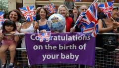 Fans der königlichen Familie gratulieren zur Geburt vor dem Spital. (Bild: Keystone)