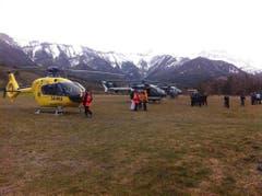 Rettungshelikopter und Einsatzkräfte in der Region, wo die Germanwings-Maschine abgestürzt ist. (Bild: Keystone)