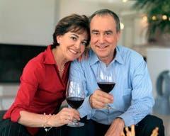 Paolo und Kurt Felix mit einem Glas Rotwein am 2. April 2004 zu Hause in St.Gallen. (Bild: Keystone)