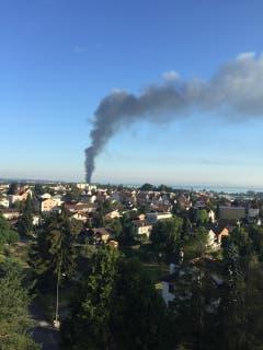 Der Brand ist bis Goldach sichtbar. Und seit einigen Minuten muss man die Fenster schliessen wegen Rauchgestank. (Bild: Armin Mettler/Leserbild)