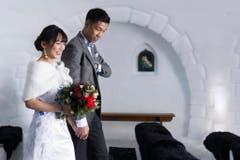 Das Paar schreitet in die Eiskapelle - mit Bildern wie diesem sollen chinesische Touristen angelockt werden. (Bild: Keystone)