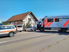 Die Polizei ist am Montag mit einem Grossaufgebot am Hof in Hefenhofen vor Ort. (Bild: Manuel Nagel)