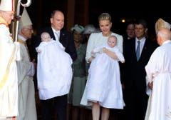 Die Taufgesellschaft verlässt die Kathedrale. (Bild: Keystone)