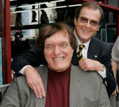 "Im Film ""The Spy Who Loved Me"" waren sie Feinde. Im Leben allerdings gute Freunde. Roger Moore mit dem berühmten Filmbösewicht Richard Kiel. (Bild: Keystone)"