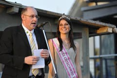 Miss Ostschweiz Patricia Rimle mit Gemeindepräsident Bernhard Keller. (Bild: Hanspeter Schiess)