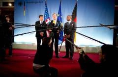 Aussprache in Sachen NSA-Spionage: Der frühere Aussenminister Westerwelle (Mitte), US-Senator Christopher Murphy (links) und US-Kongressmann Gregory Meeks (rechts) bei einem Treffen im Jahr 2013. (Bild: Keystone)