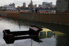 Ein Lastwagen im Wasser. (Bild: Keystone)