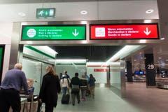 Vor der Zollabfertigung müssen sich die Passagiere für einen Weg entscheiden. (Bild: Ralph Ribi)