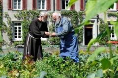 Guardian Hans Portmann und Bruder Melchior im Klostergarten. (Bild: Hanspeter Schiess)