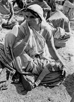 Eine Frau wartet mit ihrem Kind auf medizinische Hilfe. (Bild: Keystone)