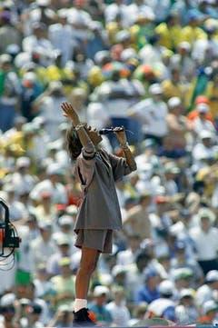 1994 tritt Whitney Houston bei der Schlusszeremonie der Fussball-WM in Pasadena, Kalifornien, auf. (Bild: Keystone)