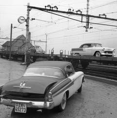 Per Zug in den Süden: Autoverlad in Göschenen im Jahr 1955. (Bild: Keystone)