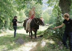 Die Graubündnerin Karin Zindel macht eine Spritztour auf einer Kuh. (Bild: pd)