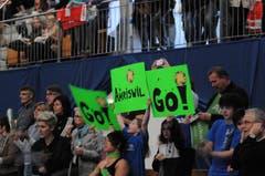 Auch mit Plakaten unterstützten die Fans ihr Team. (Bild: Rita Kohn)