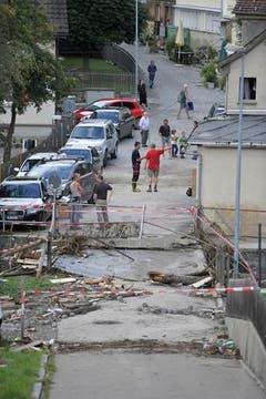 Anwohner in Herisau begutachten die Schäden. (Bild: Michel Canonica)
