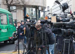 Zahlreiche Journalisten stehen in der Nähe des Unfallortes. (Bild: Keystone)