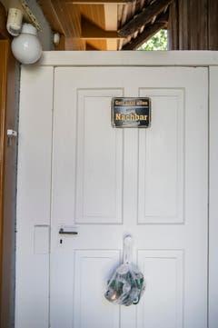 """... und ein Schild mit der Aufschrift: """"Gott sieht alles, unser Nachbar sieht mehr!"""" (Bild: Urs Bucher)"""