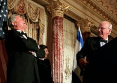 Worüber die wohl lachen? Der ehemalige US-Präsident Bill Clinton, links, Rabins Frau Leah und Yitzhak Rabin in Washington. (Bild: Keystone)
