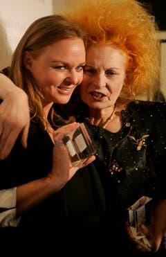 Die britischen Designerinnen Stella McCartney und Vivienne Westwood feiern den Mode-Award, 2007. (Bild: Keystone)