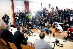 Grosses Medieninteresse im Pfarrsaal in Menznau. (Bild: Boris Bürgisser / Neue LZ)