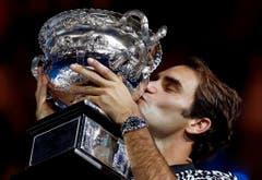 """""""Tennis ist brutal, es gibt nur einen Sieger. Aber heute wäre ich auch mit einem Unentschieden zufrieden gewesen."""" Roger Federer im Januar nach seinem Finalsieg an den Australian Open in Melbourne. Der Baselbieter bezwang Rafael Nadal 6:4, 3:6, 6:1, 3:6, 6:3. (Bild: Keystone)"""