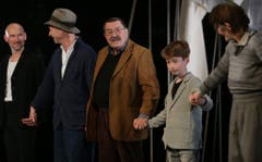 """Günter Grass im März 2015 auf der Bühne in Hamburg. Hier bei der Premiere der Theater-Adaption seines Buchs """"Die Blechtrommel"""". (Bild: Keystone)"""
