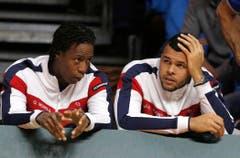 Ein Bild sagt mehr als tausend Worte: Gael Monfils und Jo-Wilfried Tsonga schauen die Partie. (Bild: Keystone)