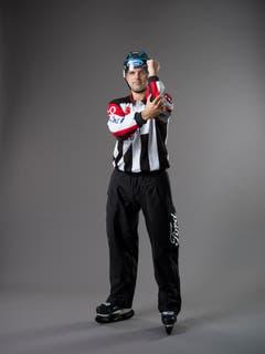 Check mit dem Ellbogen (IIHF-Regel 139): Ein Spieler, der seinen Ellbogen einsetzt, um einen Gegenspieler zu foulen. Mit einer Hand wird auf Brusthöhe auf den gegenseitigen Ellbogen getippt. (Bild: Keystone)