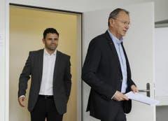 Auftritt Uli Forte: Der neue GC-Trainer und CEO André Dosé kommen zur Pressekonferenz. (Bild: Keystone)