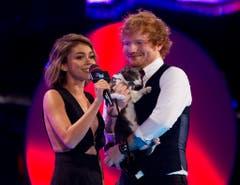 Im Spotlight an den Music Video Awards 2015 in Toronto. Ed Sheeran brachte kurzerhand eine Katze mit auf die Bühne. (Bild: Keystone)