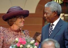 In Pretoria heisst Nelson Mandela die niederländische Königin Beatrix willkommen (1996). (Bild: Keystone)