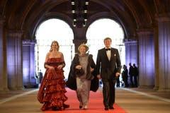 Kronprinz Willem-Alexander und Prinzessin Maxima (links) begleiten Königin Beatrix zu ihrem Abschiedsdinner im Rijksmuseum. (Bild: Keystone)