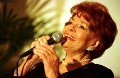 Die 77-jährige Lys Assia bei ihrem Auftritt am 21. November 2001 im Luzerner Hotel Montana, anlässlich einer Veranstaltung zum Gedenken an den Komponisten Paul Burkhard. (Bild: Keystone)