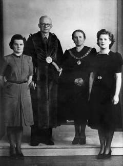 Margaret Thatcher, geborene Margaret Roberts (r.), auf einem Familienbild mit ihrer Schwester Muriel und ihren Eltern (1945). Ihr Vater Alfred Roberts war Lebensmittelhändler, die Familie lebte in einer Wohnung über dem Laden. (Bild: Keystone)
