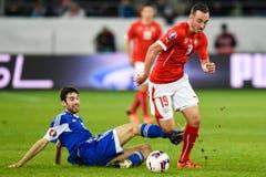 Schneller als der Gegner: Der Schweizer Josip Drmic in Aktion gegen San Marino's Marco Berardi. (Bild: Keystone)