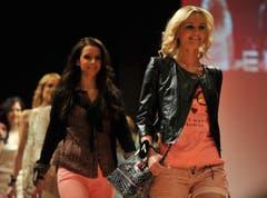 Vanessa Aleardi (rechts) strahlt im modischen Outfit. (Bild: Reto Martin)