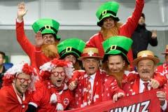 Schweizer Fans bejubeln die Spieler vor dem Match in Belfast. (Bild: Laurent Gilliéron / Keystone)