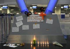 Kerzen und Beileidsbekundungen für die Opfer und ihre Hinterbliebenen im Flughafen Düsseldorf. (Bild: Keystone)