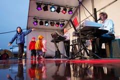 Kinder Tanzen auf einer der unzähligen kleinen Bühnen zu den Festzelten. (Bild: Benjamin Manser)