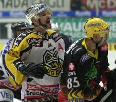 Luganos Christian Dubé (links) gab sich jeweils Mühe, seinen Bart in Form zu trimmen. Hier spielt er im Playoff 2001. (Bild: Keystone)