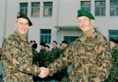 Brunner rückte am 15. Januar 1996 zur Unteroffiziersschule UOS der Schweizer Armee in Chur ein und wurde dabei von Schulkommandat Thomas Ragettli, rechts, mit einem Handschlag begruesst. (Bild: Keystone)