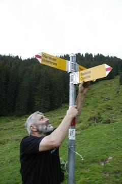 Willi Marthy kontrolliert, ob alles fest hält. (Bild: Jolanda Riedener)