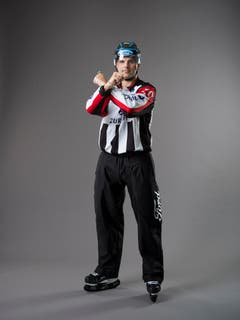 Behinderung / Interference (IIHF-Regel 150-151): Ein Spieler, der einen Gegenspieler ohne Puck blockiert oder daran hindert, Schlittschuh zu laufen, einen Pass anzunehmen oder sich frei auf der Eisfläche zu bewegen. Das gleiche Schiedsrichterzeichen wird auch für die Regel 151, Behinderung am Torhüter, eingesetzt. Geballte Fäuste werden mit gekreuzten Armen vor der Brust gehalten. (Bild: Keystone)