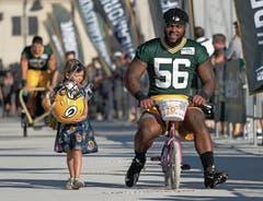 Kinderleicht: Johnathan Calvin von den Green Bay Packers auf dem Weg zum Training. (Bild: MORRY GASH (AP))