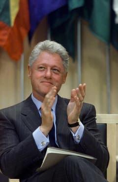 Der Demokrat Bill Clinton setzte sich zusammen mit seinem Vice Al Gore in seiner Amtszeit von 1993 bis 2001 gegen Drogenmissbrauch, Waffengewalt, Armut, die Senkung der Staatsverschuldung und die Einführung einer Krankenkasse ein. Aussenpolitisch unterzeichnetet er das Kyoto-Protokoll strebte die Aussöhnung mit China und Russland an. Seine zweite Amtszeit war getrübt von einer Affäre und einem erfolglosen Amtsenthebungsverfahren (Bild: Keystone)