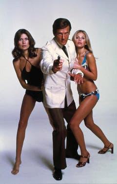 Einmal blond, einmal brunette: Roger Moore mit Maud Adams (Andrea Anders, l.) und Britt Ekland (Mary Goodnight) in «The Man with the Golden Gun» (1974). (Bild: Keystone)